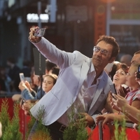 Actor Branko Đurić is taking selfie with audience on Red Carpet, National Theatre, 21. Sarajevo Film Festival, 2015 (C) Obala Art Centar