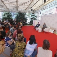Stephen Frears, recipient of the Honorary Heart of Sarajevo in convesration with Nick James, editor of Sight & Sound, BFI Magazine, Coffee with..., Festival Square, 22nd Sarajevo Film Festival, 2016 (C) Obala Art Centar